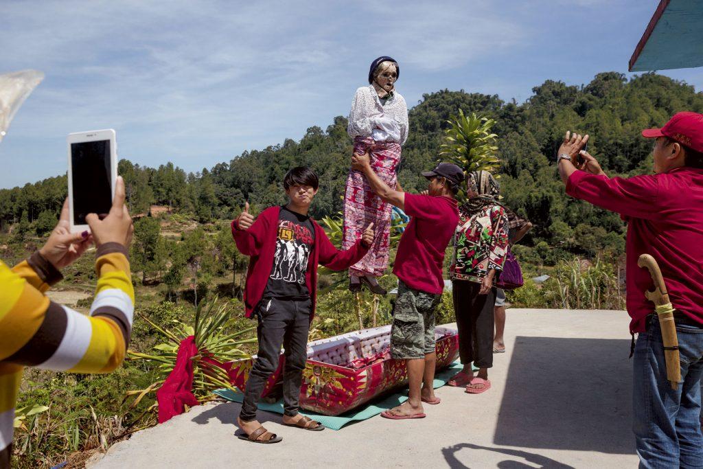 ประเพณีเก็บศพไว้ในบ้าน, อินโดนีเซีย
