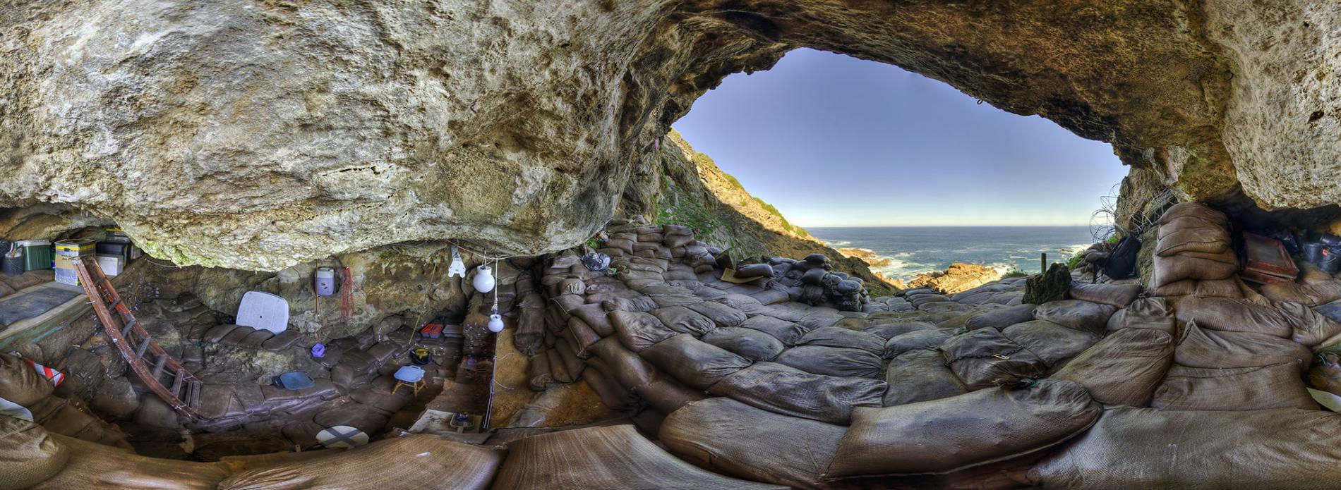 ศิลปะเก่าแก่ที่สุด ภายในถ้ำ Blombos ภาพถ่ายโดย Magnus Haaland
