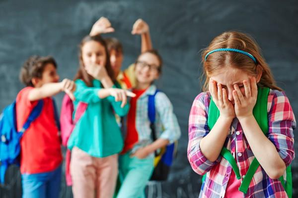 เด็กนักเรียน, ล้อเลียนเพื่อน, กลั่นแกล้ง