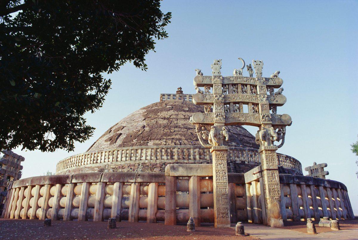 พระเจ้าอโศก สร้างวัดในภาพเมื่อสามร้อยปีก่อนคริสตกาล ในเมืองสาญจี (Sanchi) รัฐมัธยะประเทศ (Madhya Pradesh) ภาพถ่ายโดย ROBERT HARDING PICTURE LIBRARY, NAT GEO IMAGE COLLECTION