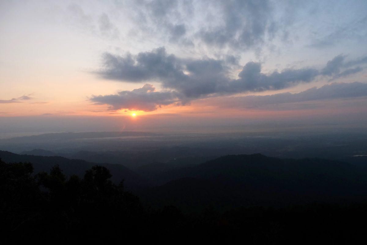 ดอยขุนตาล, อุทยานแห่งชาติดอยขุนตาล, เดินป่า, ดวงอาทิตย์ขึ้น