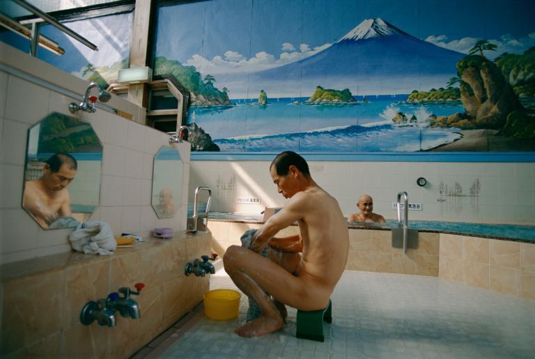 ช่างภาพหญิง, โรงอาบน้ำญี่ปุ่น, โรงอาบน้ำสาธารณะ