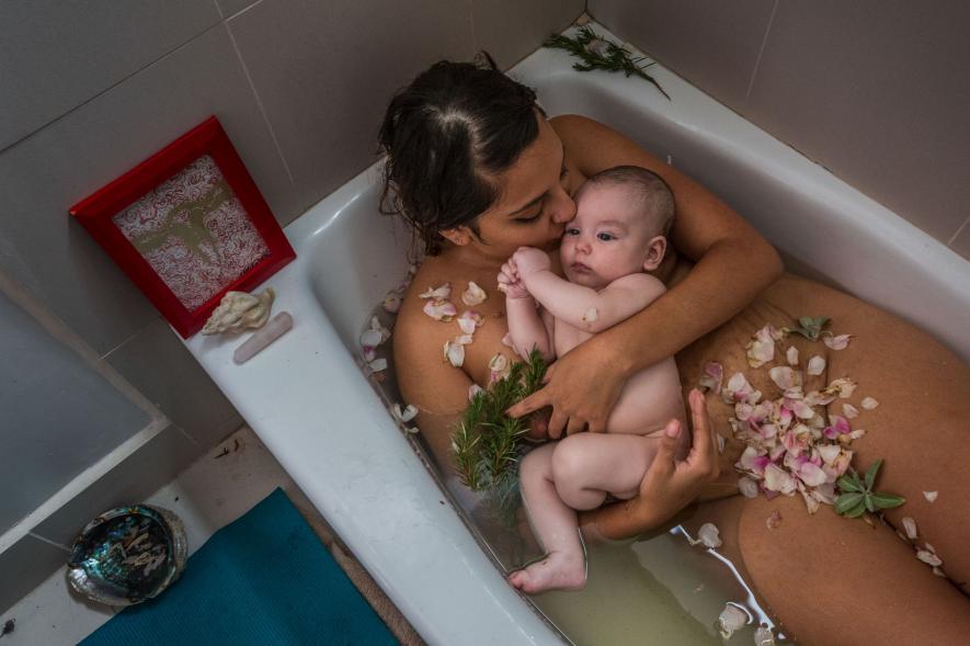 ช่างภาพหญิง, คลอดลูก, หลังคลอด