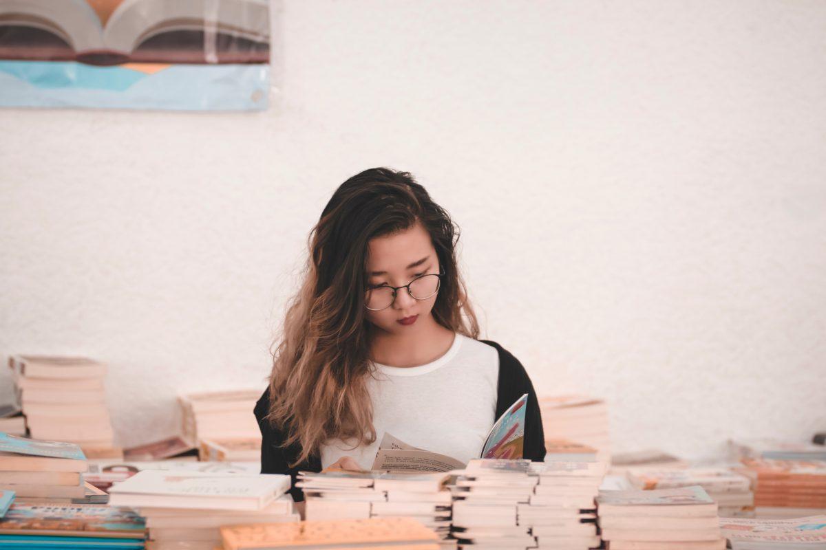 อ่านหนังสือ, พัฒนาสมอง, สาวแว่น