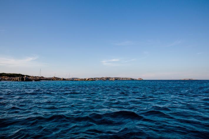 ติดเกาะ, เกลียวคลื่น, คลื่นทะเล